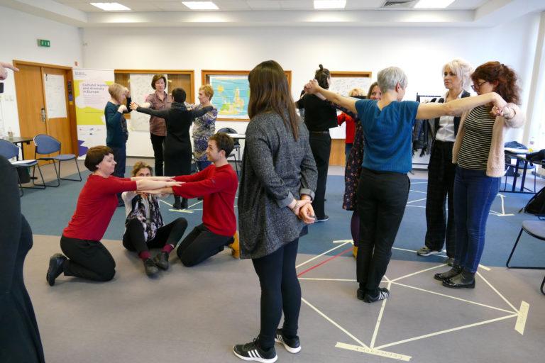 Eine Übung in der Gruppe erleben: eine perfekte Form bilden (EiP Training II, Budapest, Februar 2019)