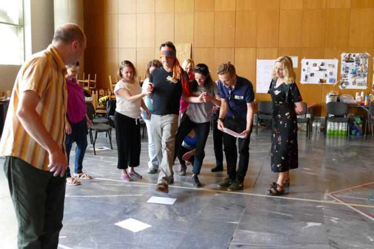 Eine Übung in der Gruppe erleben: leiten, ohne zu sehen oder zu sprechen (EiP Training III, Thessaloniki, Mai 2019)